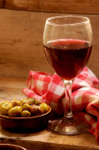 Red wine cup and olives for food tapa — Stock Photo
