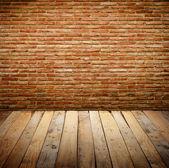 Brickwall mit Holztisch — Stockfoto