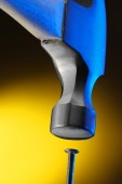 Молоток, ударяя железного гвоздя — Стоковое фото