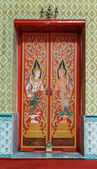 Colorful painted gods on gate of Buddhist church — Stock Photo