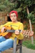 Músico moderno posando con su guitarra — Foto de Stock