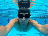 Jungen schwimmer im pool — Stockfoto