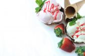STRAWBERRY AND VANILLA ICE CREAM  — Stock Photo