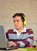 Jeune homme, étudiant à la maison avec votre ordinateur — Photo