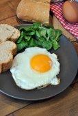 Жаренные яйца с хлебом и маслом — Стоковое фото