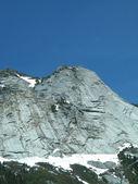 Снег увенчал горную цепь — Стоковое фото