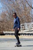 Kvinnan ridning longboard skateboard utomhus — Stockfoto