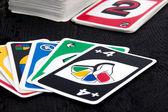 Uno jogo de cartas na mesa preto — Fotografia Stock