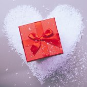 Gift box on snow heart — Stok fotoğraf