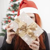 Girl is hide behind christmas present — Stockfoto