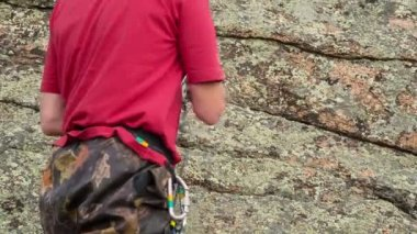 Climber preparing  belay to climb — Stock Video