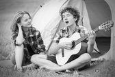 Adolescentes con guitarra — Foto de Stock