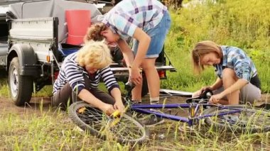 Family reparing bicycle — Stock Video