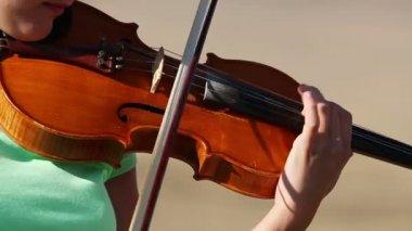 Woman playing violin — Vídeo de Stock