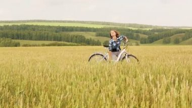 Woman riding bicycle — Stock Video