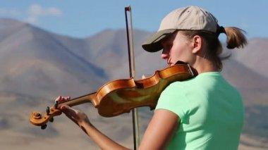 Jovem mulher tocando violino — Vídeo stock