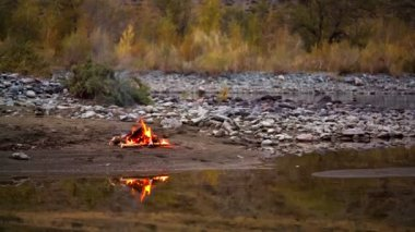 Camp fire on the river bank — Stock Video