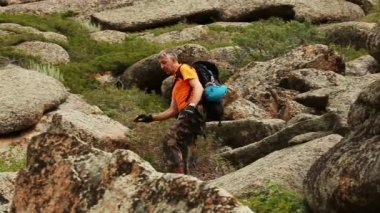 Male hiker in mountains — Stock Video