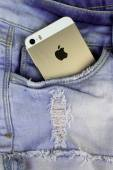 Apple Gold iPhone 5s in a blue denim pocket — Stock Photo