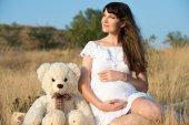 孕妇在户外在夏天 — 图库照片