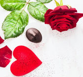 Valentines day border with big red heart, roses and  chocolate on white wooden background — Fotografia Stock