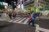People on a crosswalk in Shinjuku, Tokyo, Japan — Stock Photo