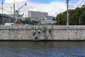 Some repair workers at the riverside of Moskva river In Moscow, Russia — Stock Photo