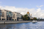 Moskva-river and The Cathedral of Christ the Saviour afar In Moscow, Russia — Stock Photo