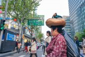 People crossing the street in downtown Seoul — Stock Photo