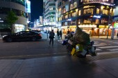 Men with a big cart crossing the street in downtown Seoul — Stock Photo