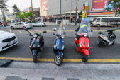 Three motorbikes nicely parked on the street in Seoul — Stock Photo