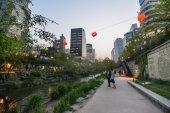 美丽的清溪川-ro 运河在首尔中心在晚上 — 图库照片