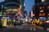 Lively city center of Seoul with lots of restaurants near the Cheonggyecheon-ro canal at night time — Stock Photo