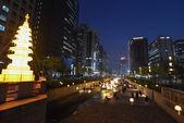 Grote lantaarn op de brug over het kanaal van de Cheonggyucheon-ro in Seoul — Stockfoto