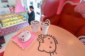 "Sweats and treats inside the pink cafe ""Hello Kitty"" in Seoul, Korea — Stock Photo"