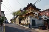 Building in traditional style in Bukchon Hanok Village, Seoul, Korea — Stock Photo