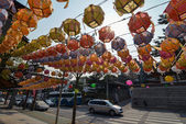 Lanterns hanging above the pavement in Bukchon district, Seoul, Korea — Stock Photo