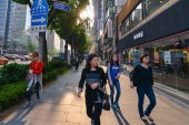 People on the streets of Seoul at the evening — Stockfoto