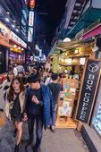 Popular among the young people Hungdae district in Seoul is very crowdy in the evenings — Stock Photo