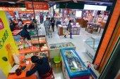 北京, 中国 - Arpil 2014 年頃。2014 年 4 月頃の北京、中国のさまざまな部門と規則的な店の表示. — ストック写真