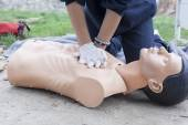 Paramedic demonstrates CPR on a dummy — Stock Photo