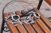 Hooks, fastening, rope lying on a wooden bench — Foto de Stock