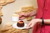 Donna mani closeup mantenere una tazza di caffè e torta — Foto Stock