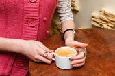 Donna mani closeup mantenere una tazza di caffè — Foto Stock