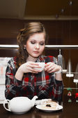 молодые женщины в чае пьющего рубашки пледа в кафе — Стоковое фото