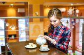 Young women in a plaid shirt pours green tea — Foto de Stock