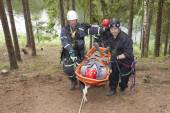 Pnovany, Czech Republic, June 4, 2014: training rescue injured people in difficult terrain at the dam, carrying a stretcher with an injured person — Stock Photo