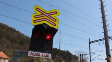"Traffic lights at a level crossing in the Czech Republic, the sign ""beware train"" — Stock Video"