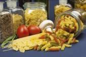 Různé druhy těstovin na stole, příprava domácí jídla — Stock fotografie