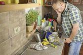 Mężczyzna prania brudnych naczyń w zlewie. domowych, sprzątanie po imprezie. — Zdjęcie stockowe